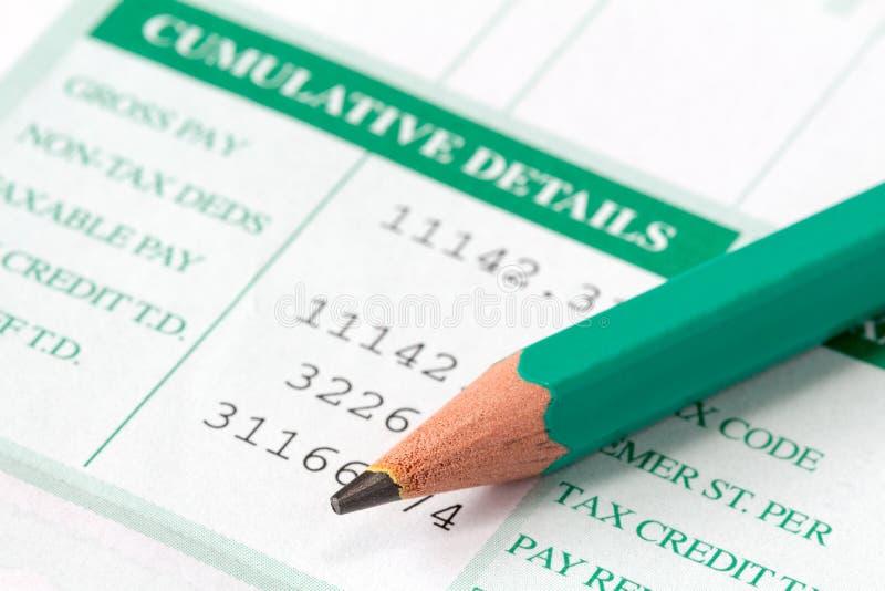 Boletim de salário que mostra detalhes e deduções da renda fotos de stock