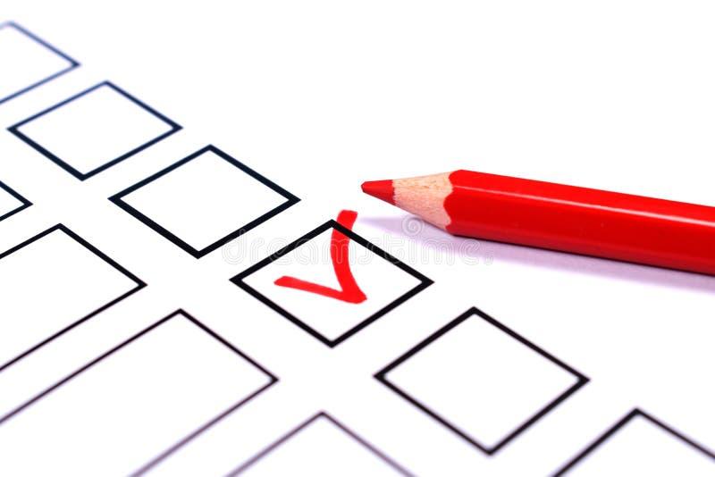 Boletim e um lápis vermelho para votar foto de stock royalty free