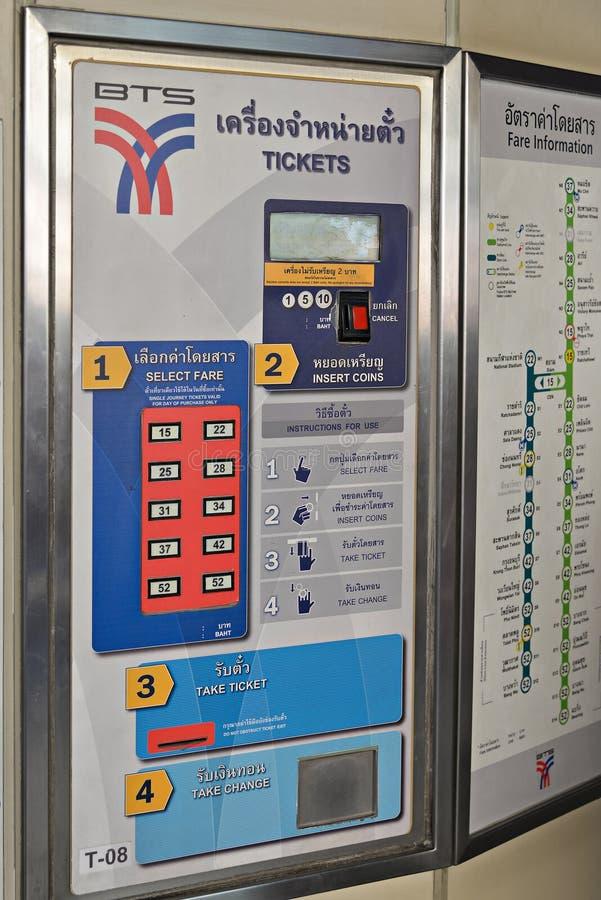 Boleto automático que vende la máquina en la estación del BTS imagen de archivo