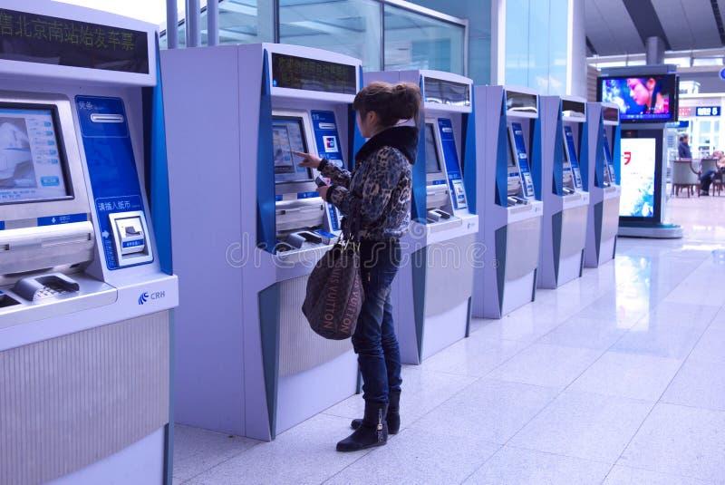 Boleto de compra de la gente máquina automática imagen de archivo
