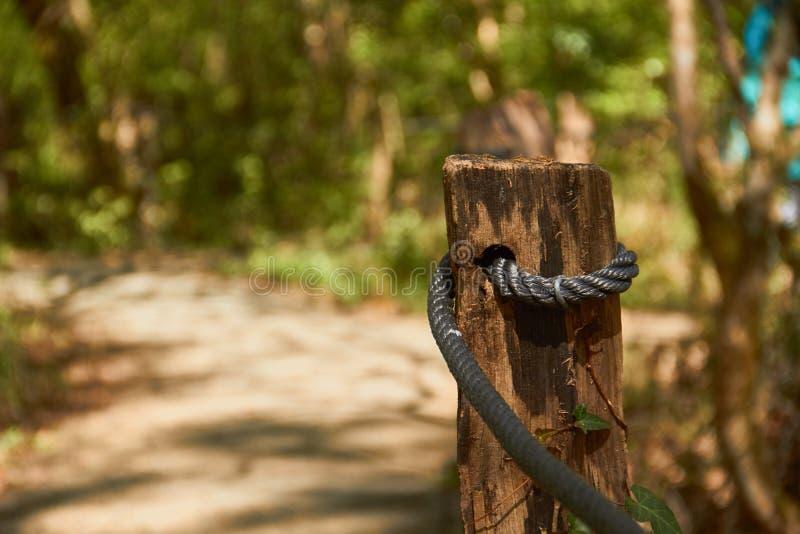 Boleto de madeira com a corda para limitar um trajeto para andar imagens de stock royalty free