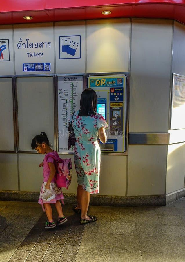 Boleto de tren de compra de la gente para el transporte público imagenes de archivo