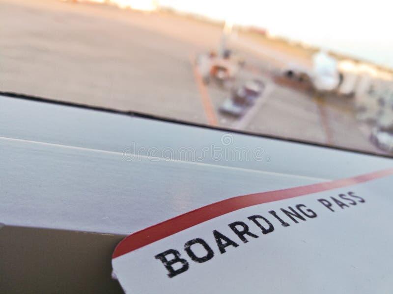 Boleto del documento de embarque en el terminal de aeropuerto fotografía de archivo