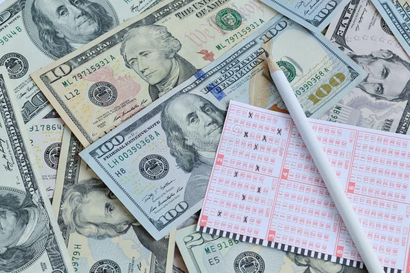 Boleto y lápiz de lotería en fondo del dólar imagen de archivo