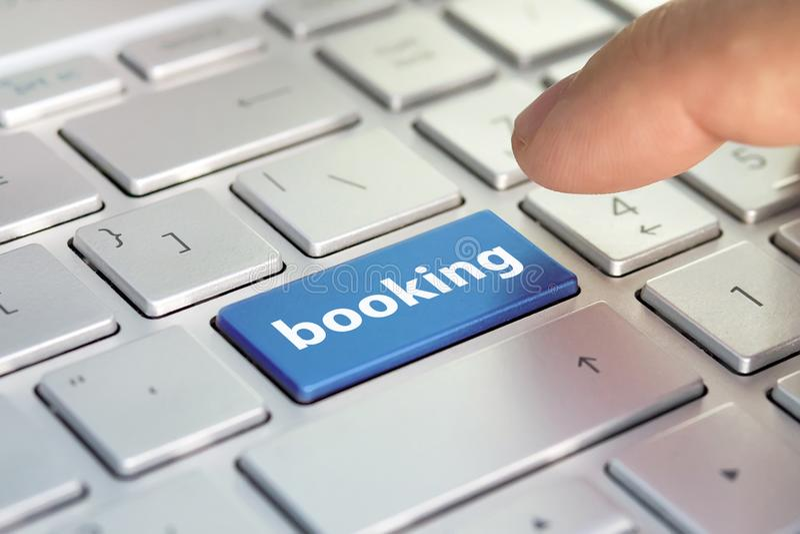 Boletos de reservación para el transporte en Internet reserva de hotel en línea reservación del vuelo, control plano de la mosca  foto de archivo libre de regalías