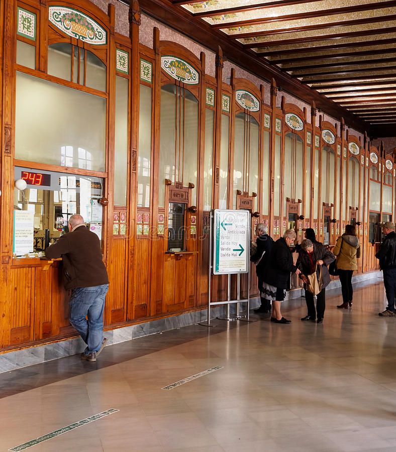 Boletos de tren de compra de la gente en la estación de tren del norte (Estacio del Nord) en Valencia foto de archivo libre de regalías
