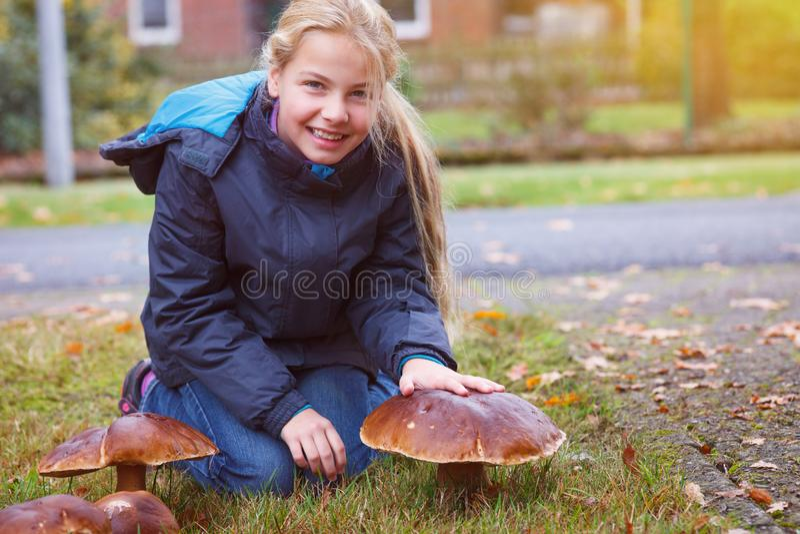 Boletus della baia trovato ragazza fotografia stock