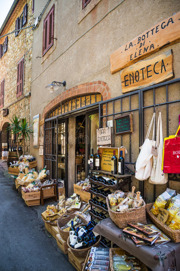 Bolgheri-Dorfstraße, Toskana, Italien lizenzfreie stockfotos