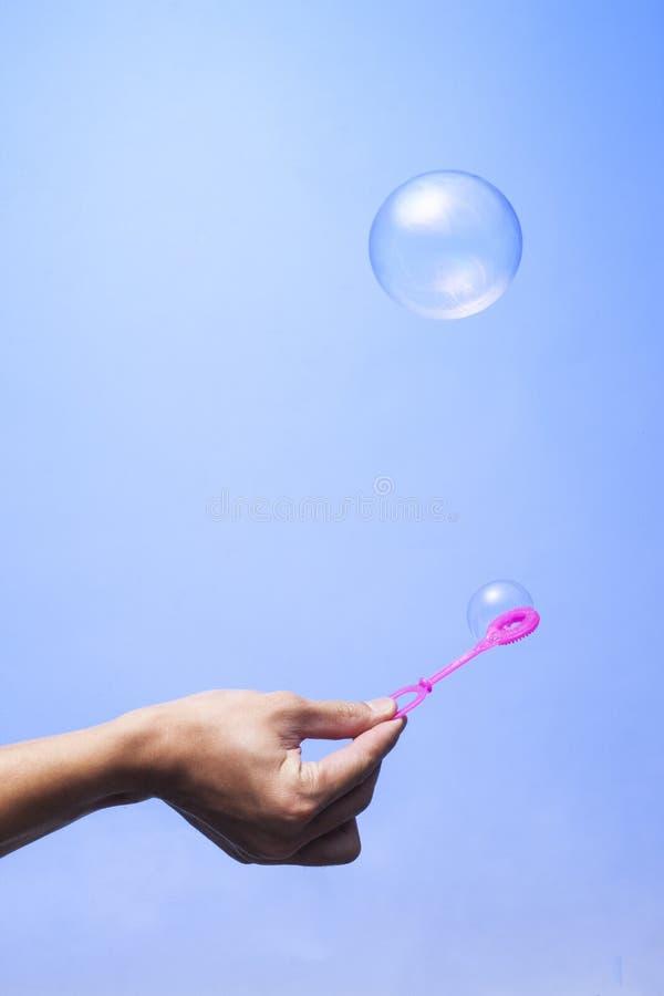 Bolha de sabão na bola azul da cor da esfera do fundo, círculo, círculo fotos de stock