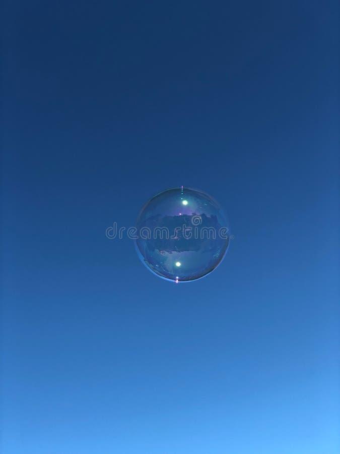 Bolha de sabão que flutua no céu foto de stock royalty free