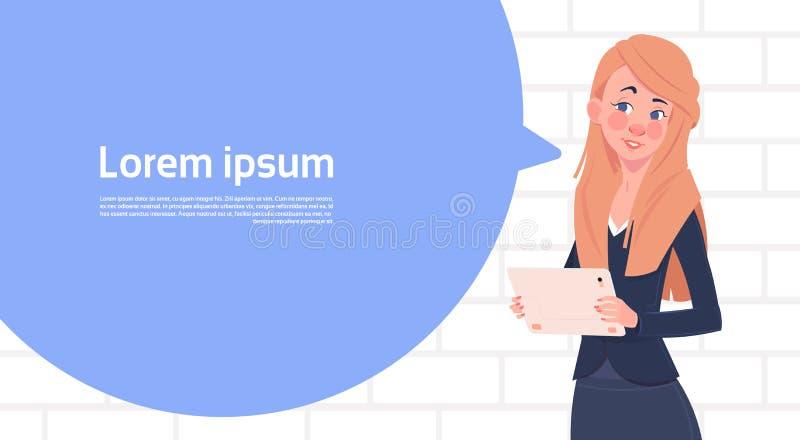 Bolha grande do bate-papo de Holding Tablet Speak da mulher de negócios com espaço da cópia do texto ilustração do vetor