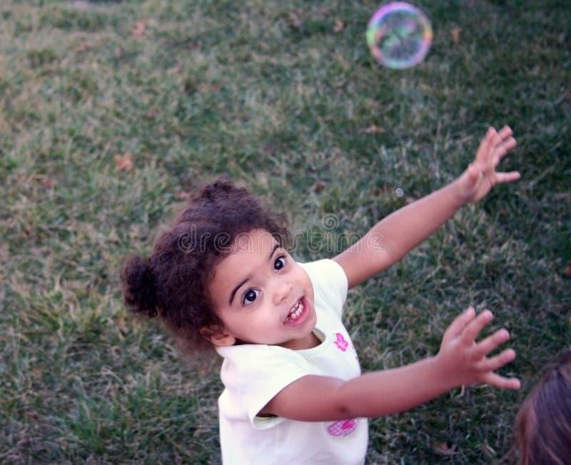 Bolhas da menina da criança imagens de stock royalty free