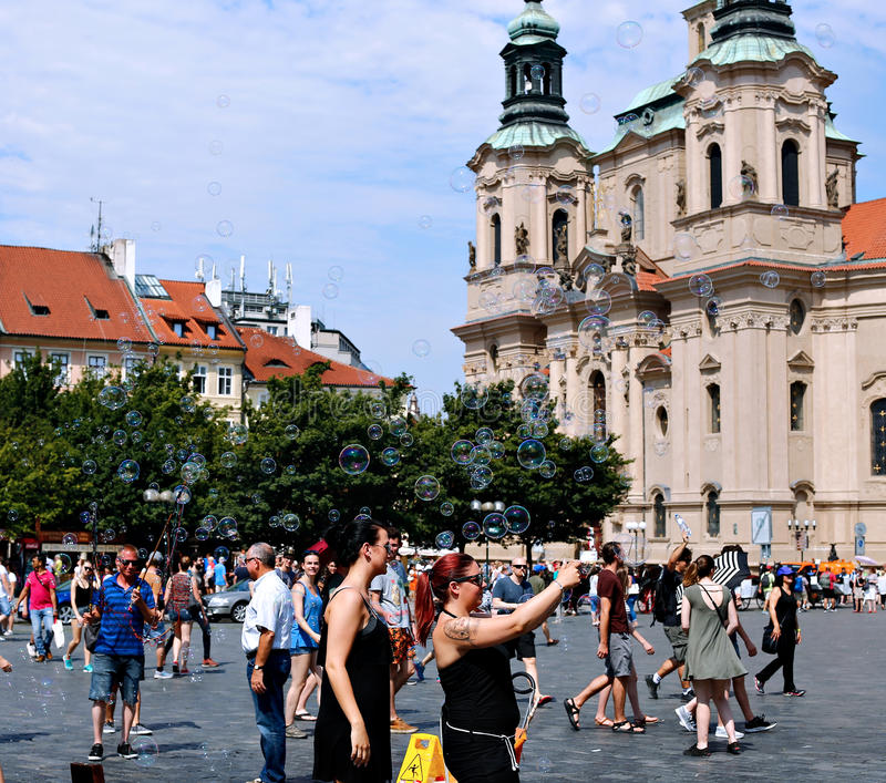 Bolhas de sabão do feriado na rua em Praga imagem de stock