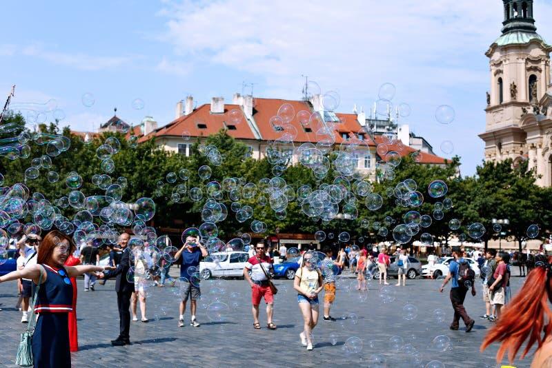 Bolhas de sabão do feriado na rua em Praga fotografia de stock