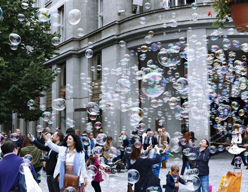 Bolhas de sabão do feriado na rua em Praga imagens de stock