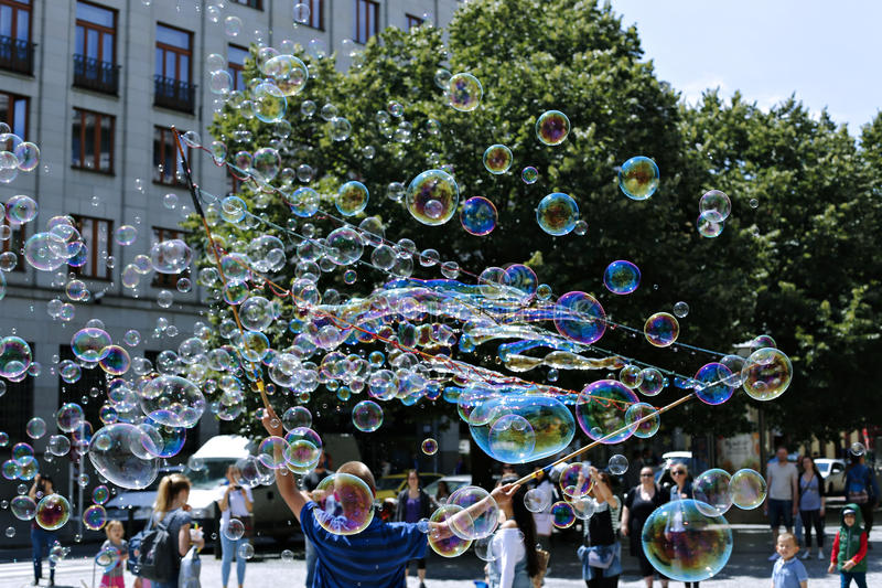 Bolhas de sabão do feriado na rua em Praga imagens de stock royalty free