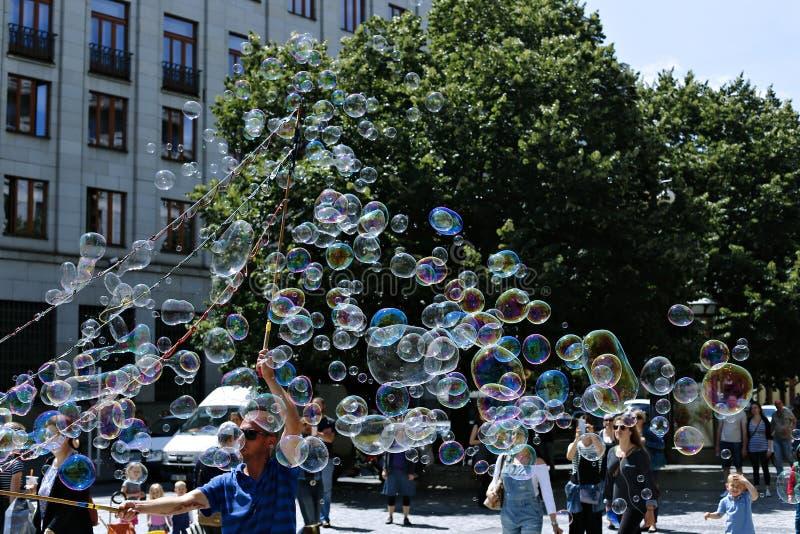 Bolhas de sabão do feriado na rua em Praga fotos de stock royalty free