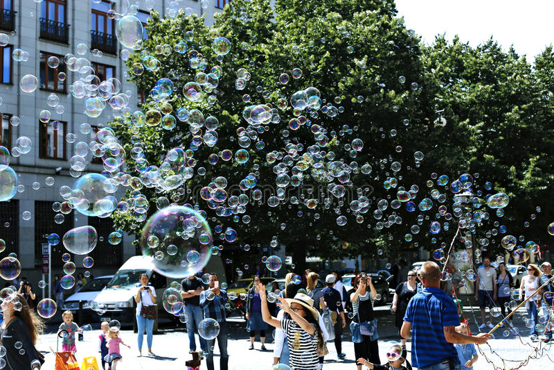 Bolhas de sabão do feriado na rua em Praga fotos de stock