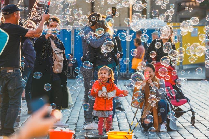 Bolhas de sabão do feriado na rua na praça da cidade velha em Praga, República Checa fotografia de stock