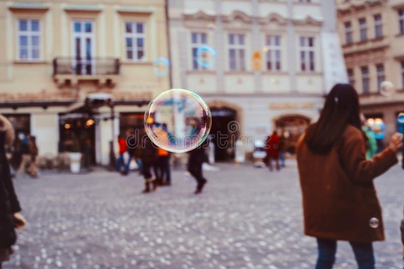 bolhas de sabão do voo em Praga imagem de stock