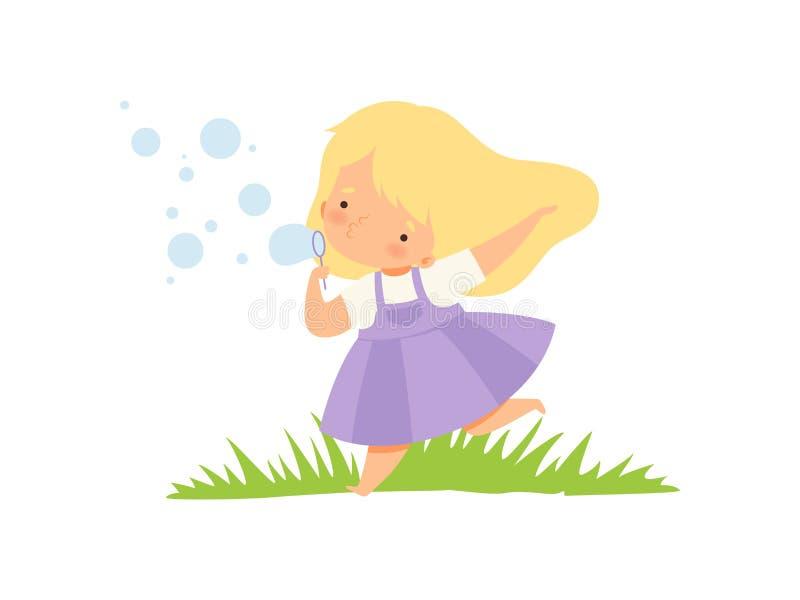 Bolhas de sabão de sopro da menina feliz bonito no prado verde, personagem de banda desenhada adorável da criança que joga fora d ilustração stock