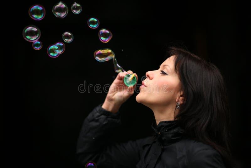 Bolhas de sopro da mulher imagens de stock