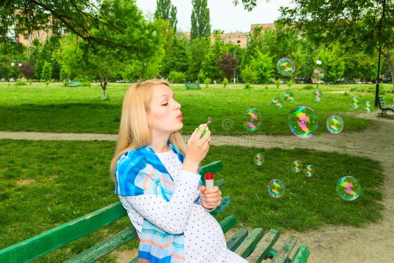 Bolhas de sopro do parque grávido foto de stock royalty free