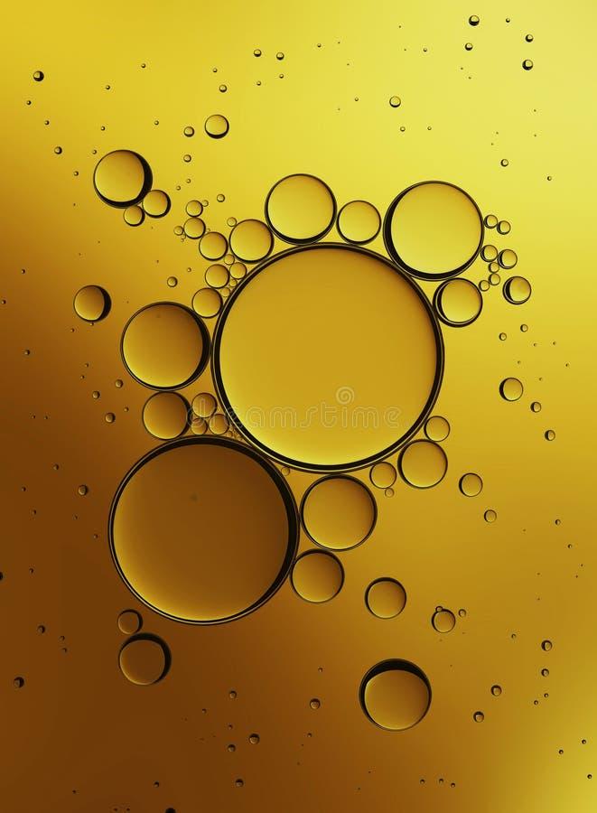 Bolhas do óleo isoladas no fundo branco, emulsão do colagênio do close up na água Ilustração Gotas do soro do ouro imagens de stock
