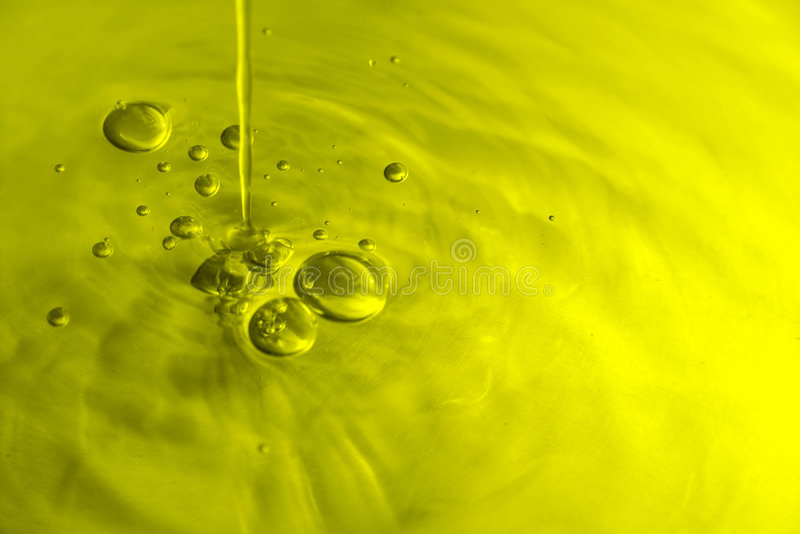 Bolhas do petróleo verde-oliva foto de stock