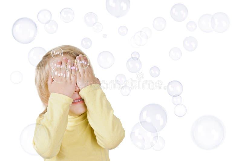 Bolhas do rapaz pequeno e de sabão fotos de stock royalty free