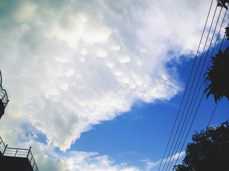 Bolhas em nuvens após chover imagens de stock