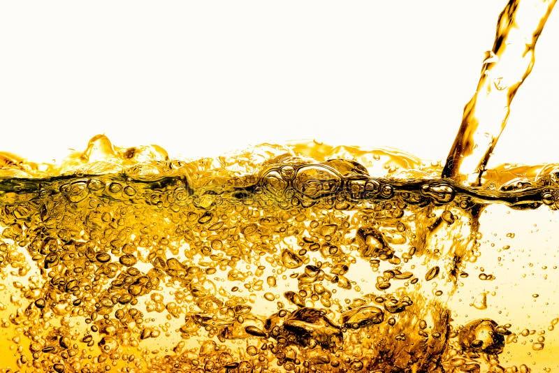 Bolhas no ouro da cerveja do óleo da água bonito foto de stock royalty free