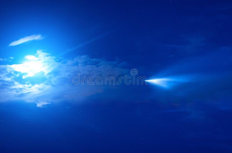 Bolide en forme d'étoile de comète sur un ciel étoilé de nuit dans la mouche de l'espace à une étoile image stock