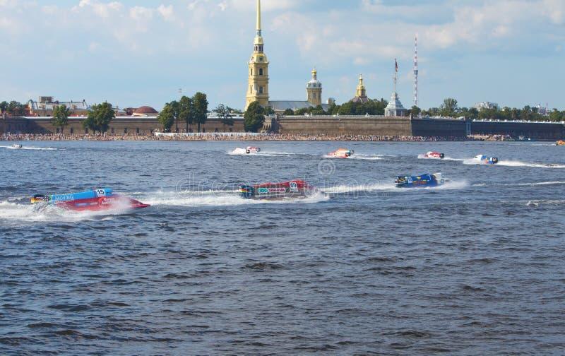 Bolide sur l'eau sur la ligne sur Neva au pouvoir de la formule 1 images stock
