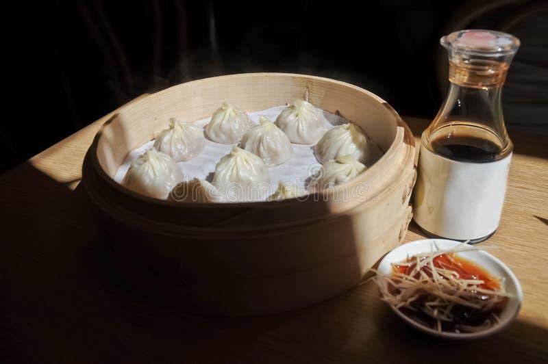 A bolinha de massa da sopa de Shanghai cozinhou na bacia de bambu - Xiao Long Bao miliampère foto de stock royalty free