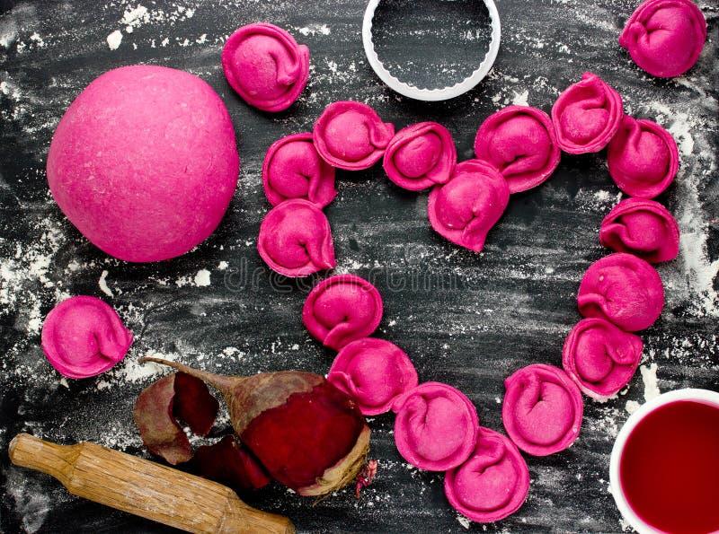 Bolinha de massa do tortellini do coração ou ravioli cor-de-rosa da massa da beterraba com fil imagens de stock