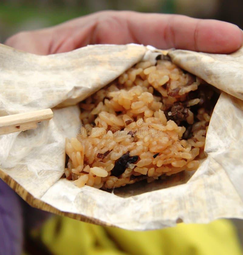 A bolinha de massa glutinosa japonesa do arroz desdobrou-se fotos de stock