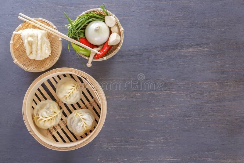 Bolinhas de massa asiáticas do vapor - um prato tradicional de uvas chinesas com os aperitivos vegetais quentes fotografia de stock