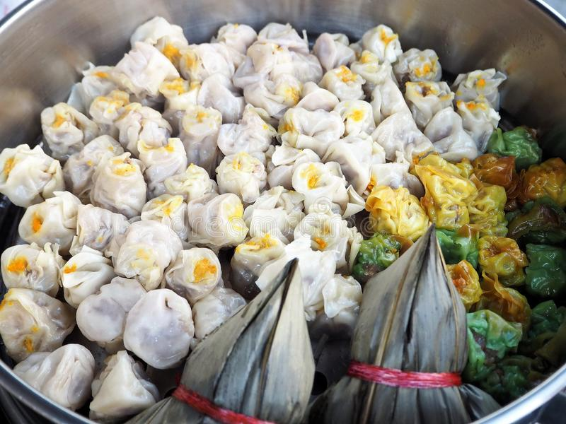 Bolinhas de massa chinesas cozinhadas da carne de porco e do camarão imagens de stock