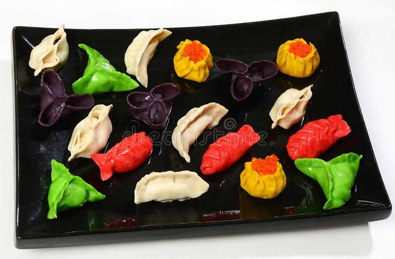 Bolinhas de massa chinesas multi-coloridas sortidos do dim sum, cozinhadas fotos de stock