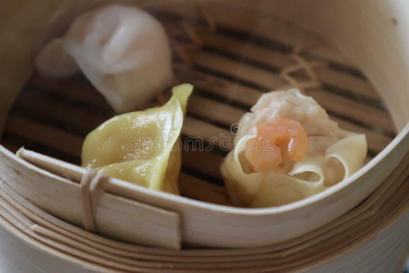 Bolinhas de massa chinesas que cozinham na cesta fotografia de stock royalty free