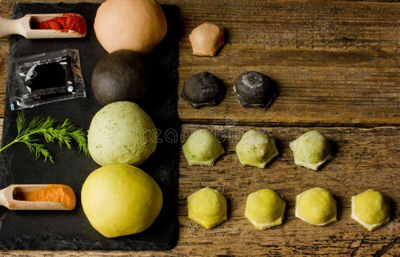 Bolinhas de massa coloridas da carne Massa vermelha, amarela, preta e verde e n fotos de stock royalty free
