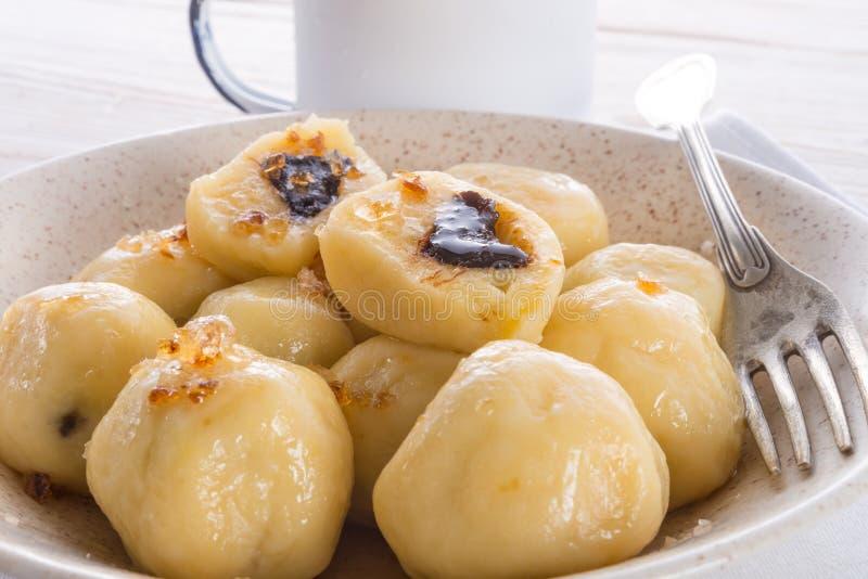 Bolinhas de massa da batata com as ameixas completas foto de stock royalty free