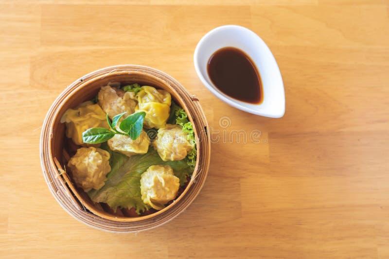 Bolinhas de massa da carne de porco embaladas nas bandejas de bambu com os pratos nacionais chineses Popular para o café da manhã foto de stock royalty free