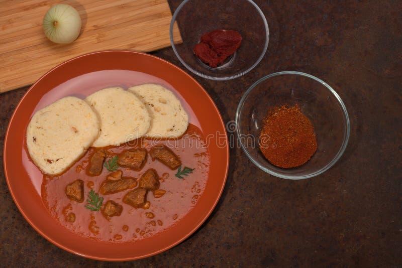 Bolinhas de massa e ingredientes tradicionais da sagacidade da goulash para este alimento imagem de stock royalty free
