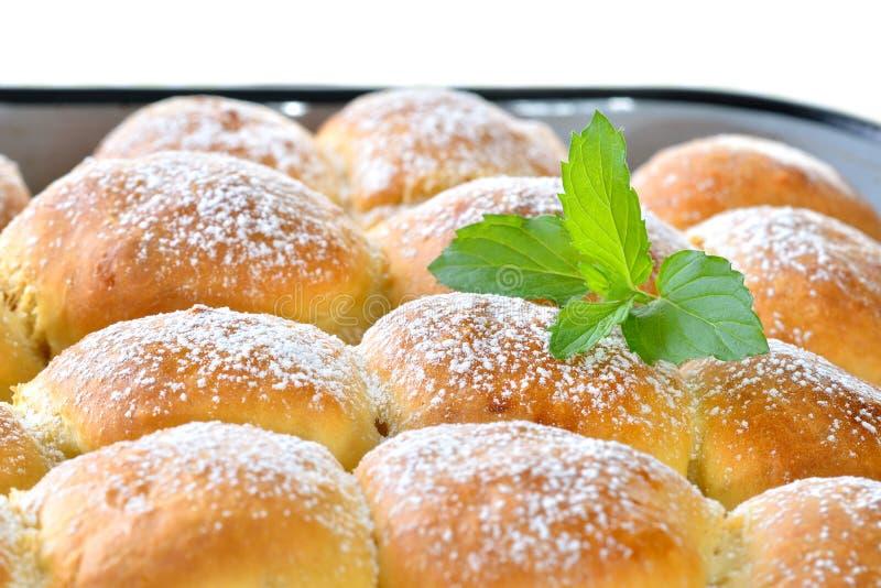 Bolinhas de massa enchidas da pastelaria do fermento imagens de stock