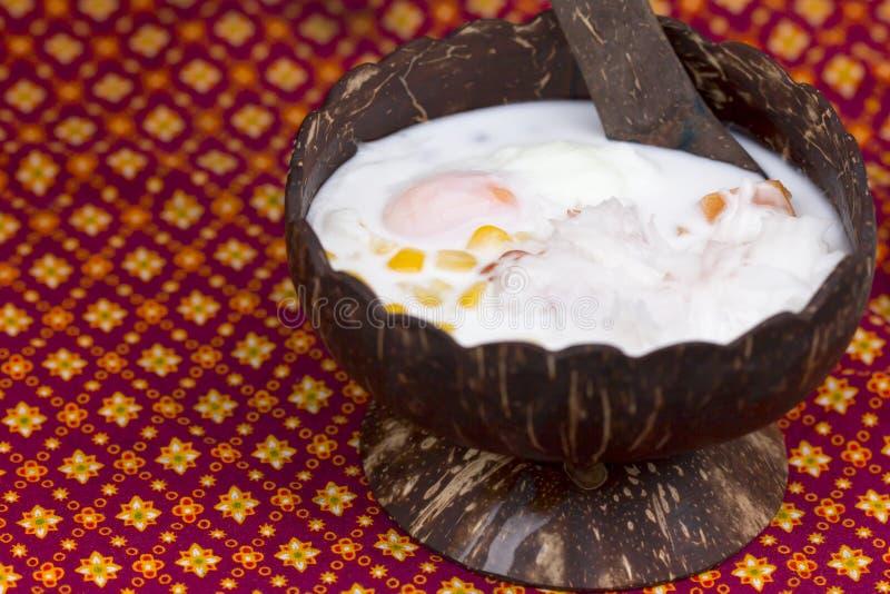 Bolinhas de massa no creme Bua Loi do coco e na polpa de coco com ovo mim imagens de stock