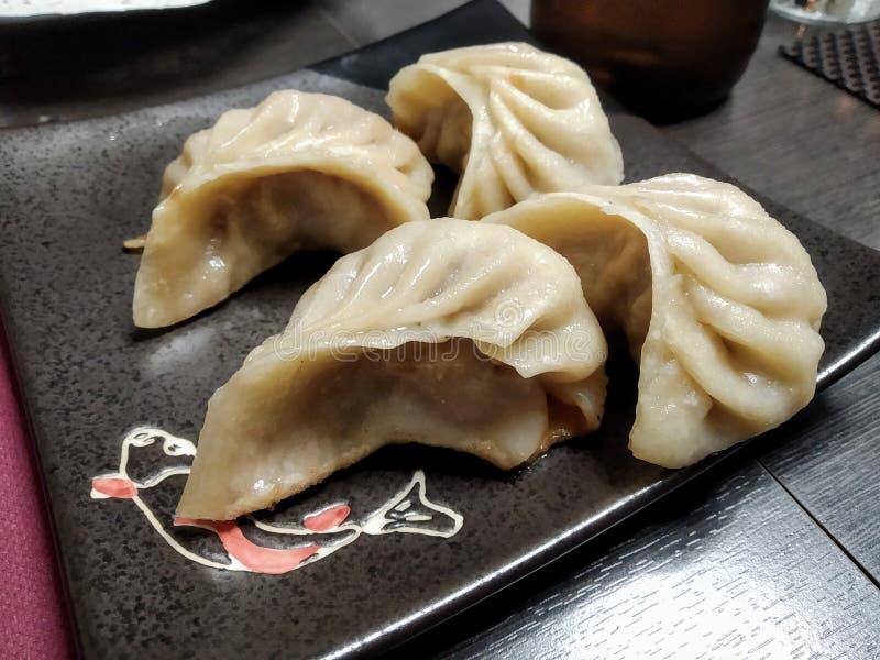 Bolinhas de massa ou Jiaozi de Chinense no restaurante asiático fotografia de stock royalty free