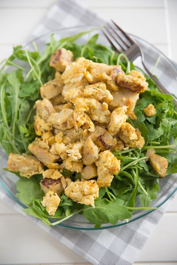 Bolinhas de massa Roasted com ovo e salada imagens de stock