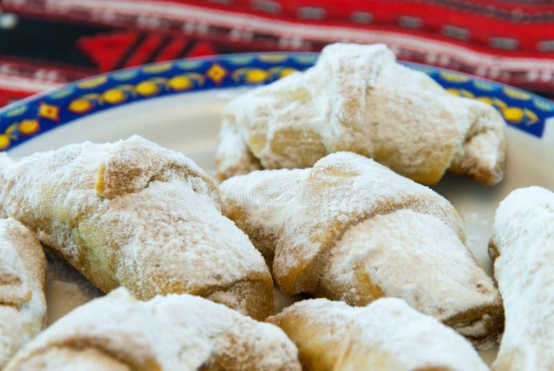 bolinhas de massa romenas tradicionais do cornulete do coltunasi da sobremesa com doce ou loukoum fotografia de stock